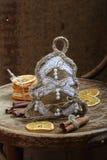 手工新年的桂香玩具,棍子和干桔子 免版税库存图片