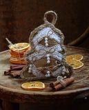 手工新年的桂香玩具,棍子和干桔子 免版税库存照片