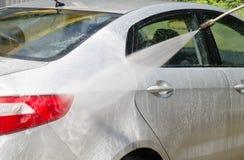 手工汽车洗涤的清洁用泡沫和被迫使的水在ser 库存照片