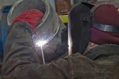 手工电弧焊接检查样品不锈钢管子 免版税图库摄影