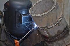 手工电弧焊接检查样品不锈钢管子 库存照片