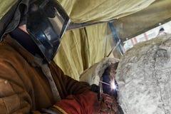 手工电弧焊接chromemolybdenum管子 库存照片