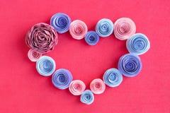 手工纸开花在桃红色背景的心脏框架 Beautif 库存图片