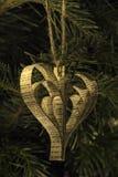 手工纸心脏形状在树的圣诞节玩具 免版税库存图片