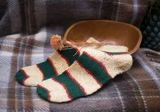 手工编织的黄色和绿色袜子 库存图片