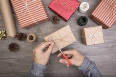 手工艺套在白色木的圣诞节和新年礼物盒 库存照片