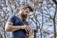 手工设置 有胡子和髭的摄影师 人射击照片 美满的创作者 人有胡子的行家 库存照片