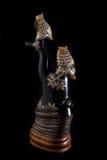 手工造在垫铁做的树的猫头鹰 免版税库存图片