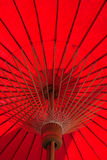 手工造红色纸伞,显示木头结构  库存照片