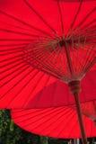 手工造红色纸伞,显示木头结构  库存图片