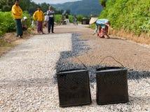 手工道路施工工作在缅甸 库存图片