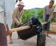 手工道路施工工作在缅甸 免版税库存照片