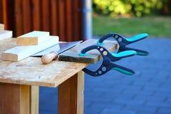 手工钳位和手锯木匠工具 免版税图库摄影