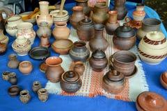 手工陶瓷器皿在全国创造性市场的  免版税库存照片