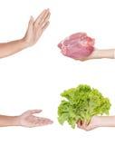 手废弃物肉和手接受一个莴苣 库存照片