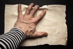 水手手传染性的空的老被弄皱的纸 免版税库存图片
