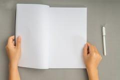 手打开在木桌上的书 免版税图库摄影
