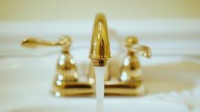 手打开在龙头的水用水 供水和豪华配管 股票视频