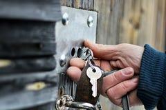 手打开挂锁 免版税图库摄影