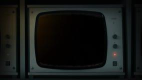 手打开电视显示器-前被锁上的空的屏幕 股票录像