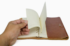 手打开皮革盖子的笔记本 图库摄影