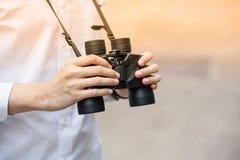 手扶的双筒望远镜 库存图片