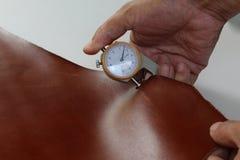 手扶的工具措施褐色皮革 图库摄影