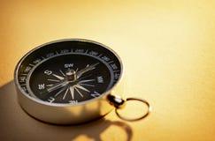 手扶的磁性指南针 图库摄影