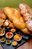 手抓食物、点心和面包 免版税库存图片