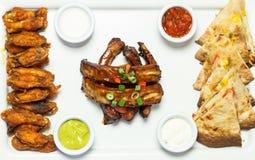 手抓食物一个开胃盛肉盘的天花板  免版税图库摄影