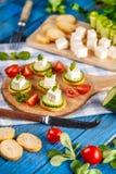 手抓食物用希腊白软干酪 库存图片