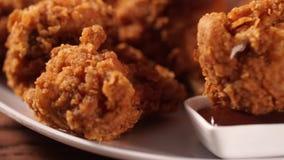 手投入了腿到烤肉汁里前面吃的酥脆炸鸡 股票视频