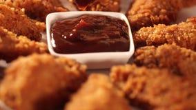 手投入了腿到烤肉汁里前面吃的酥脆炸鸡 影视素材