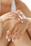 手护肤 美好的妇女手特写镜头有修指甲的 库存图片