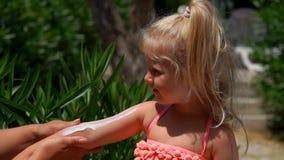 手抹上在女孩的手上的防护奶油 影视素材