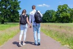 手拉手走本质上的年轻夫妇 免版税库存图片