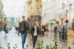 手拉手走,不用伞的年轻夫妇,不注意雨 他们愉快一起 概念的现代 免版税图库摄影
