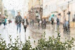 手拉手走,不用伞的抽象年轻夫妇,不注意雨 他们愉快一起 概念  库存照片