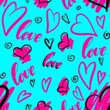 手拉的与心脏和手字法的乱画无缝的样式措辞在桃红色和黑颜色的爱在蓝色背景 免版税库存照片