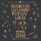 手拉的创造性的爱字母表 在黑背景的金信件 向量 免版税库存图片