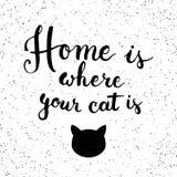 手拉的印刷术字法词组家是您的猫的地方 印刷术贺卡的现代书法 免版税库存图片