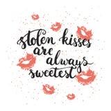 手拉的印刷术字法词组被窃取的亲吻总是最甜的与在白色背景隔绝的亲吻 库存图片