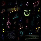 手拉的套音符 五颜六色的乱画高音谱号、低音谱号、笔记和里拉琴在黑色 免版税图库摄影
