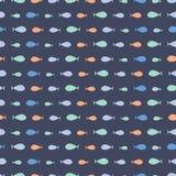 手拉的小鱼无缝的重复在深蓝背景的 孩子的逗人喜爱的海洋生活传染媒介样式理想 库存例证