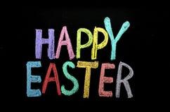 手拉的文本'复活节快乐'在黑板 免版税库存照片
