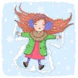 手拉的美丽的逗人喜爱的矮小的冬天女孩在雪说谎 皇族释放例证