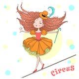 手拉的美丽的逗人喜爱的矮小的马戏女孩在绳索平衡 皇族释放例证