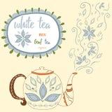 手拉的茶壶用白色茶 完善的蒸汽用乱画茶叶和花 向量例证