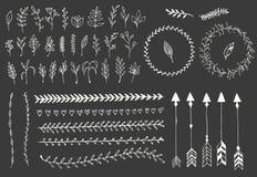 手拉的葡萄酒箭头、羽毛、分切器和花卉元素 免版税图库摄影