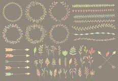手拉的葡萄酒箭头、羽毛、分切器和花卉元素 库存图片